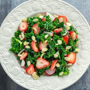 Receita de Salada de couve com chia e morangos