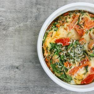 Receita de omelete de forno com couve e cúrcuma